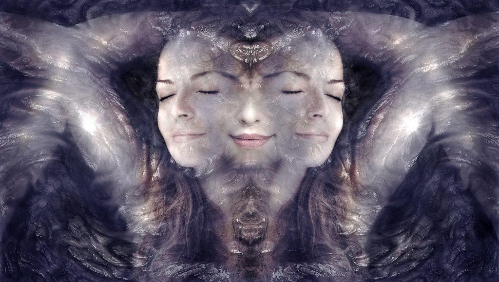 Drei mal das Gesicht derselben Frau die einander überlappen