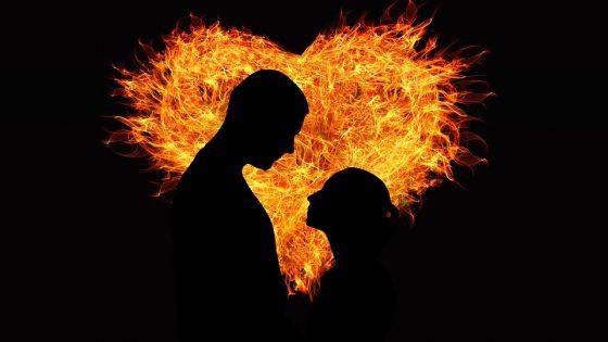 Mann und Frau Silhouette vor brennendem Herz