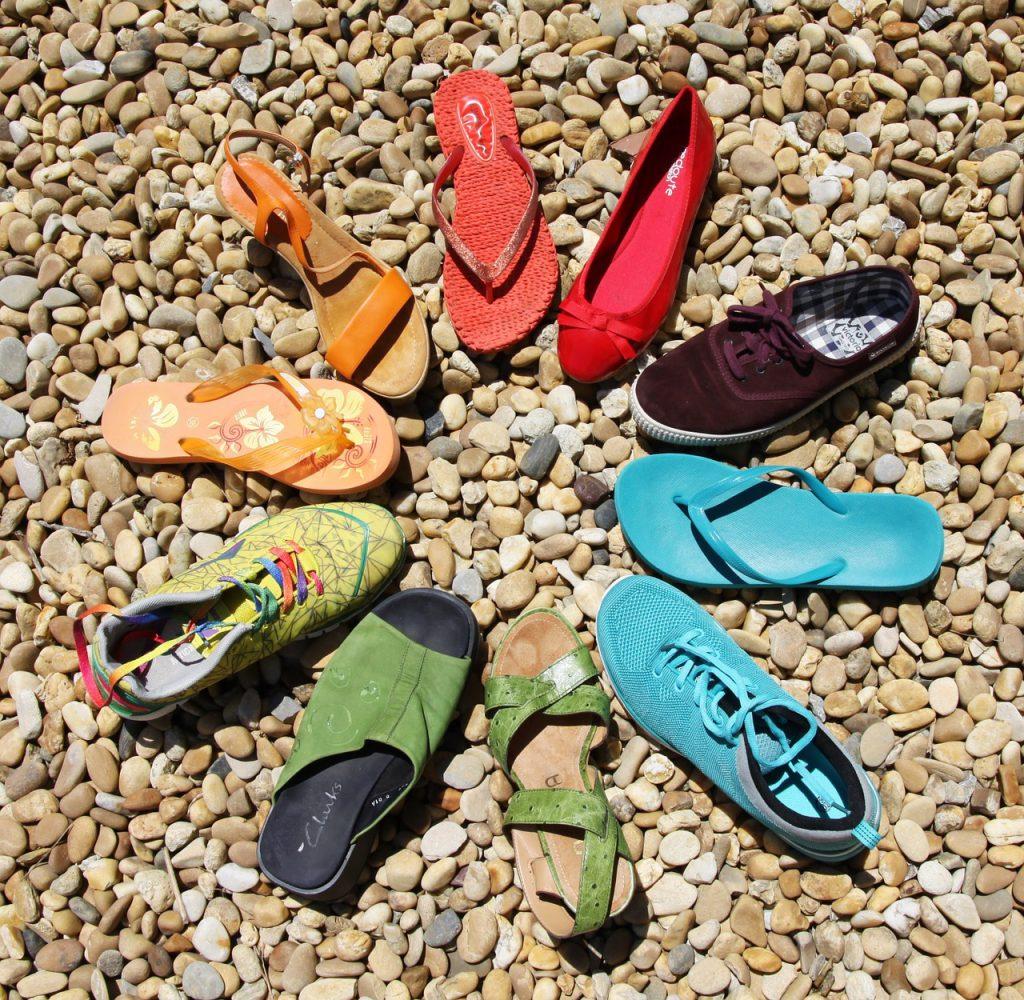 verschiedene Schuhe im Kreis